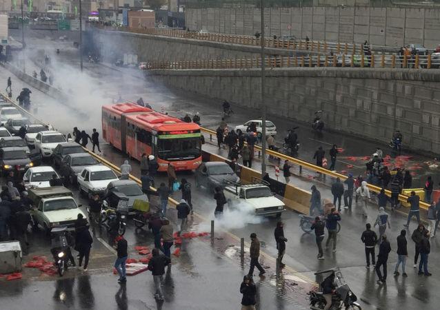 احتجاجات إيران ضد رفع اسعار الوقود في البلاد