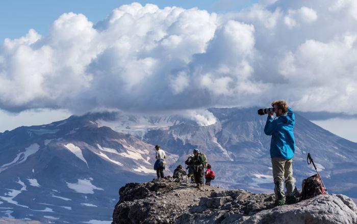سياح ينظرون على بركان موتنوفسكي من أعلى قمة بركان غوريلوفو في كامتشاتكا الروسية