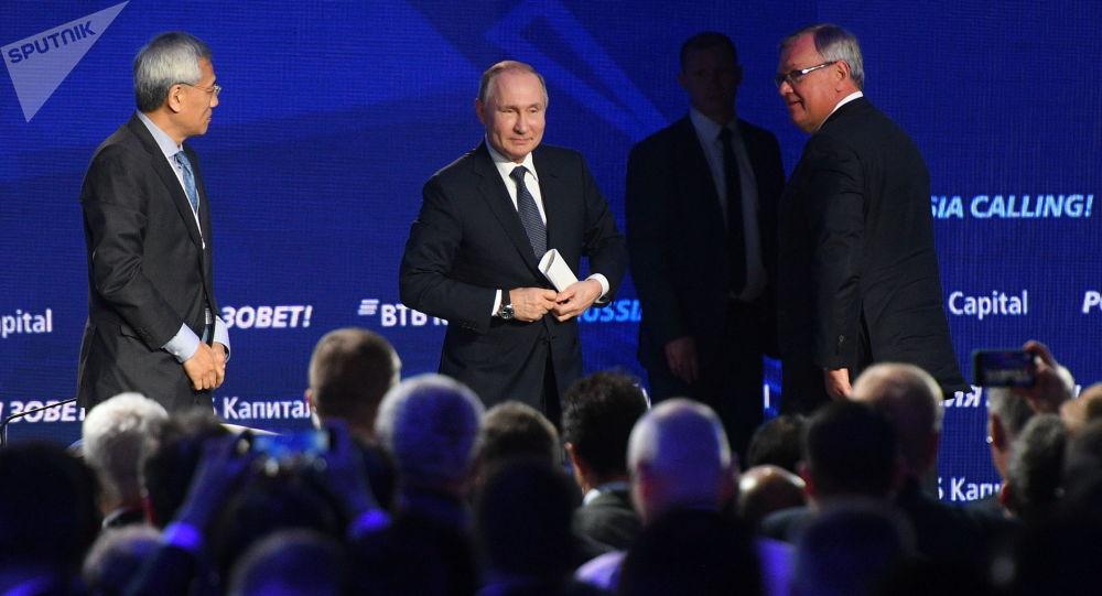 الرئيس الروسي فلاديمير بوتين في منتدى الاستثمار السنوي لبنك في تي بي كابيتال تحت شعار روسيا تدعوكم!، في موسكو 20 نوفمبر 2019