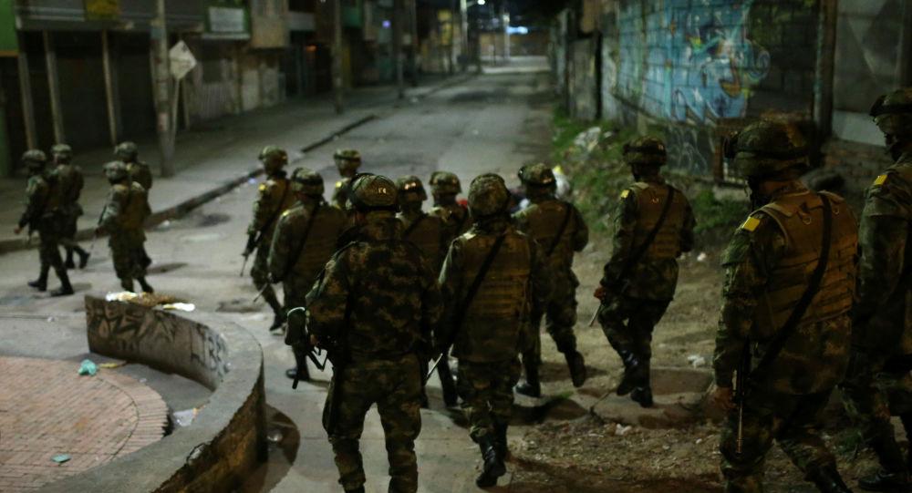 أفراد من الشرطة الكولومبية بعد فرض حظر التجول في العاصمة بوغوتا