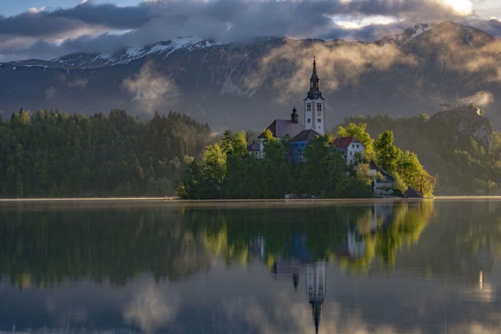صورة بحيرة بليد في منطقة جبال الألب شمال غرب سلوفينيا، للمصور روبيرت بيكالسكي، التي وصلت إلى نهائي مسابقة التصوير التاريخي لعام 2019