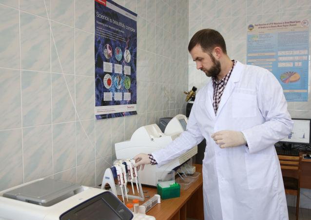 ماكسيم يوريفيتش دوننيكوف، باحث في المركز العلمي بالمعهد الطبي سورغوت، واختصاصي في علم الوراثة من الفئة الأولى