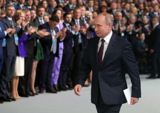الرئيس الروسي فلاديمير بوتين أثناء الجلسة الـ19 لحزب يدينايا روسيا (روسيا الموحدة)، 23 نوفمبر 2019