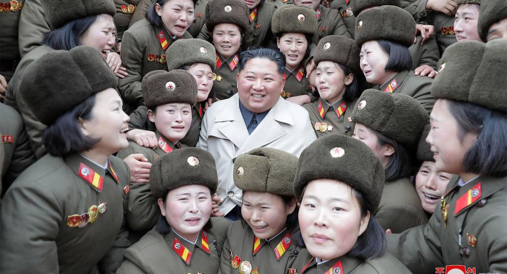 زعيم كوريا الشمالية كيم جونغ أون يلتقط صورة جماعية مع أعضاء الوحدة النسائية 5492 للجيش الكوري، 25 نوفمبر 2019