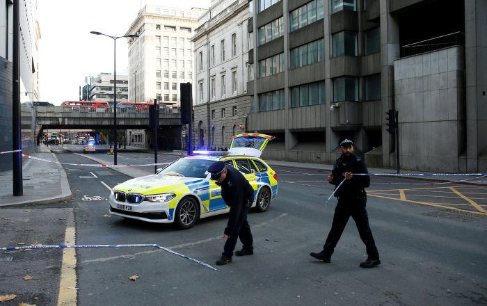 بعد تداول فيديو يوثق اعتداءهم… السلطات البريطانية تبحث عن أشخاص هاجموا مشردا