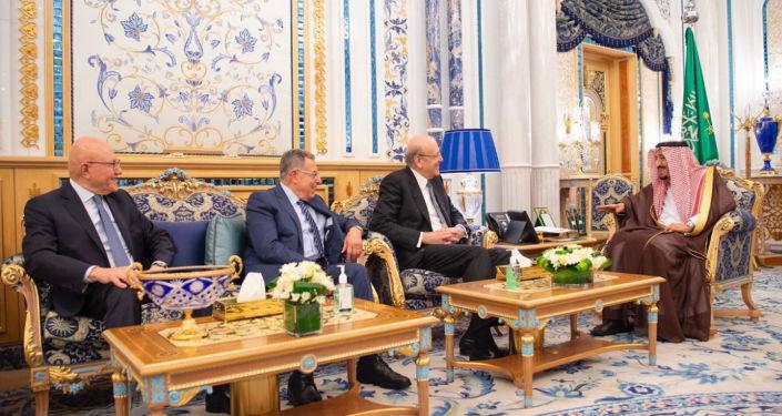رؤساء الحكومة اللبنانية السابقين تمام سلام، وفؤاد السنيورة، ونجيب ميقاتي مع العاهل السعودي الملك سلمان في القصر الملكي بالرياض