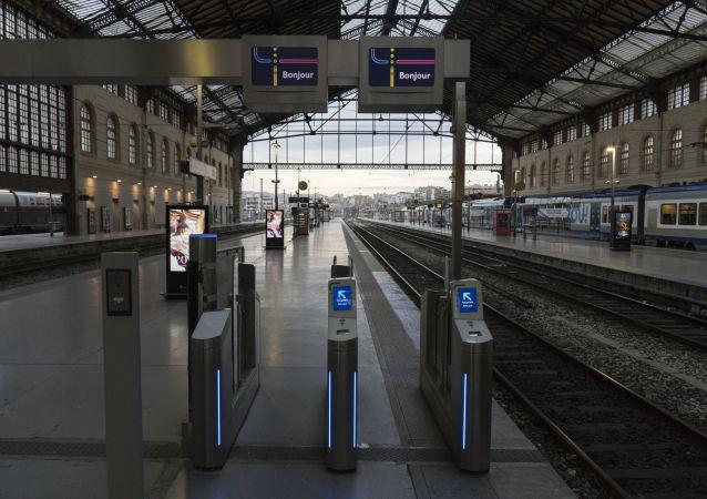 محطة قطار في مارسيليا - فرنسا - إضراب قانون التقاعد