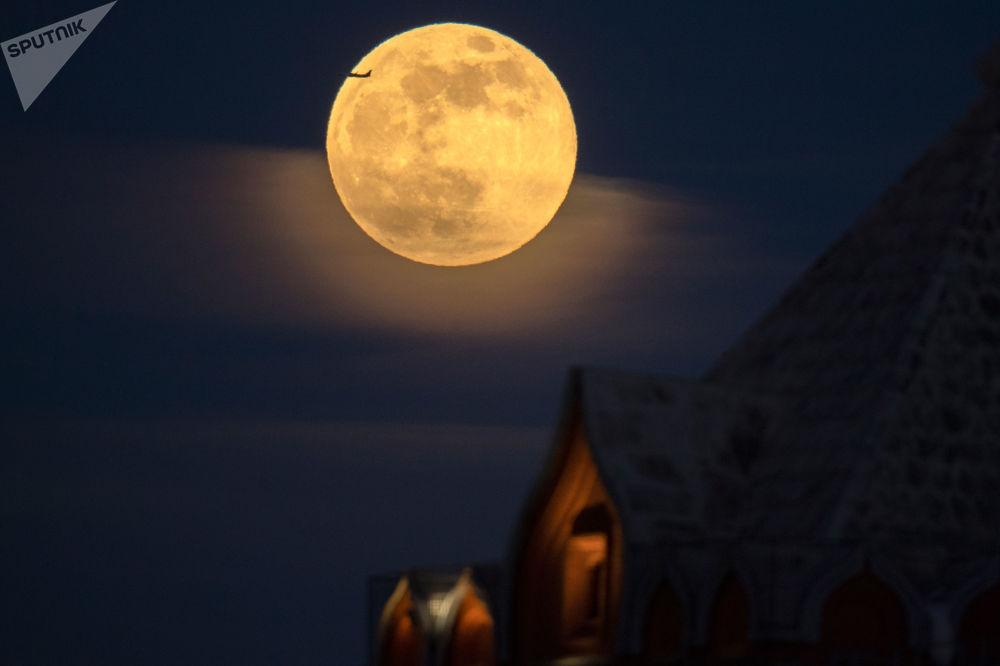 القمر العملاق في موسكو