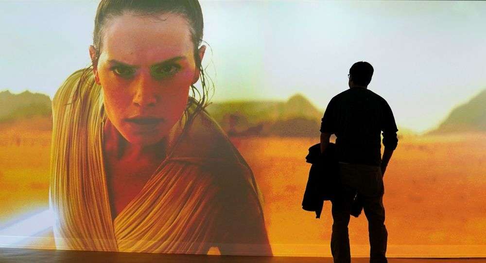رجل يشاهد إعلان فيلم Star Wars: The Rise of Skywalker