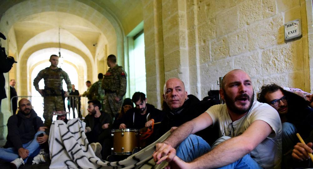 نشطاء يقتحمون مكتب رئيس وزراء مالطا
