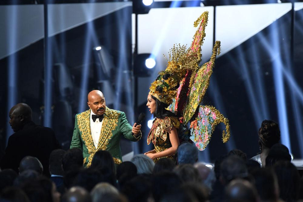 مقدم حفل مسابقة ملكة جمال الكون لعام 2019، ستيف هارفي، يتحدث إلى ملكة جمال ماليزيا، شويتا شيخون، أتلانتا، جورجيا 8 ديسمبر 2019