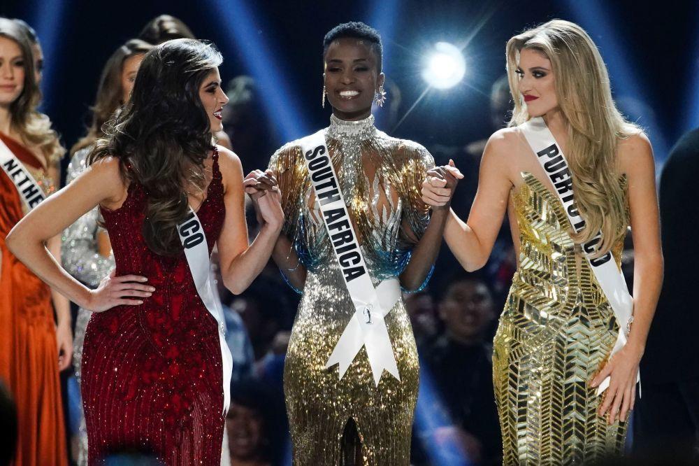 المتأهلات إلى نهائي مسابقة ملكة جمال الكون لعام 2019: ملكة جمال بورتوريكو ماديسون أندرسون، وملكة جمال المكسيك صوفيا أراغون، وملكة جمال جنوب أفريقيا زوزيبيني تونزي، أتلانتا، جورجيا 8 ديسمبر 2019
