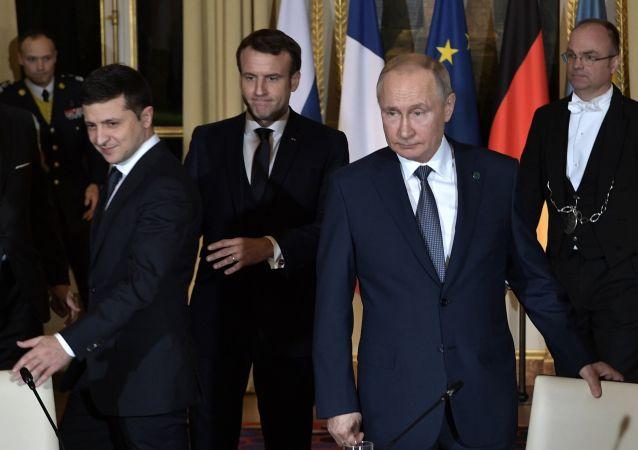 الرؤساء الروسي فلاديمير بوتين والفرنسي امانويل ماكرون والأوكراني فلاديمير زيلينسكي