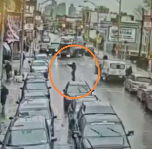 سطو مسلح ببنادق البمبكشن يؤدي إلى مقتل 6 أشخاص... فيديو من كاميرات المراقبة