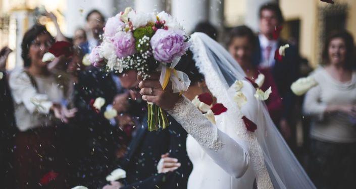 """صورة أثارت ضجة.. هل هذا ممشى من """"الأموال"""" صنعه رجل عماني مهرا لعروسه؟"""