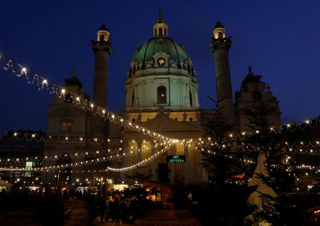 زينة رأس السنة وعيد الميلاد في ساحة أمام كاتدرائية كارلسكيرخ (Karslkirch ) في فيينا، النمسا 4 ديسمبر 2019