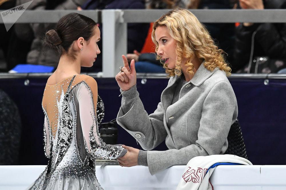 ألينا زاغيتوفا (يسار) تتحدث إلى مدربتها إتيري توتبيريدزيه، بعد أدائها في فقرة فنية في بطولة روسيا للتزحلق على الجليد في مدينة سان بطرسبورغ، روسيا 18 يناير 2018