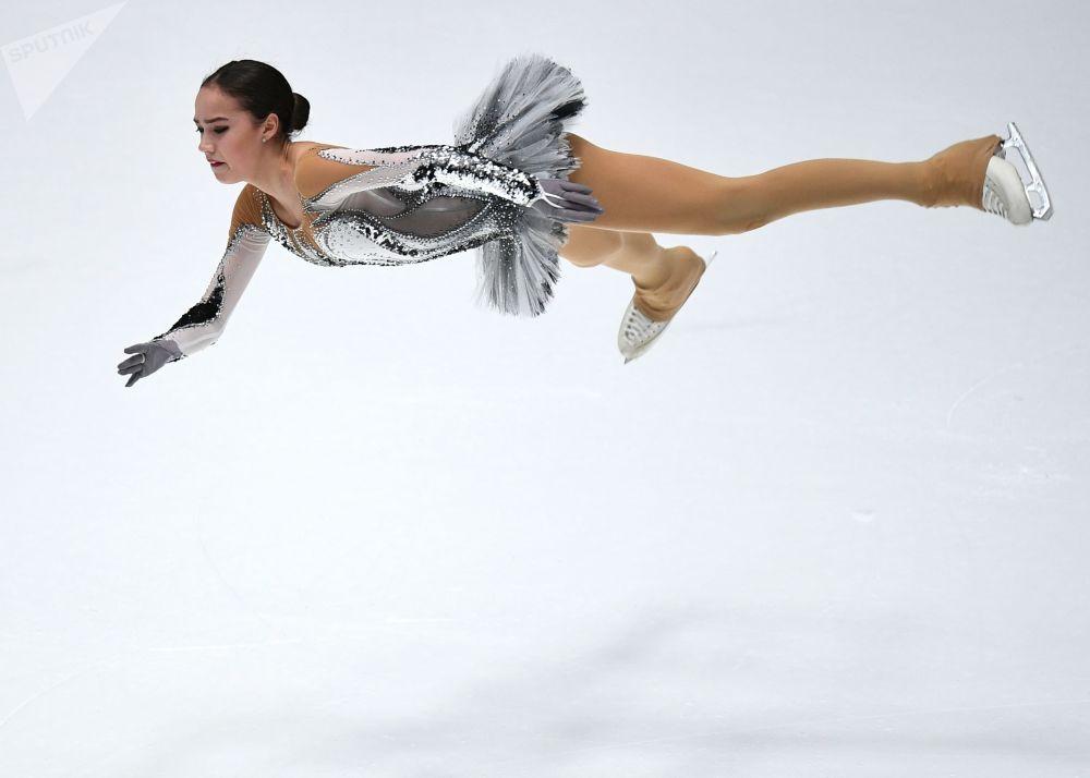 ألينا زاغيتوفا خلال مشاركتها في فقرة فنية في بطولة روسيا للتزحلق على الجليد في مدينة سان بطرسبورغ، روسيا 22 ديسمبر 2017