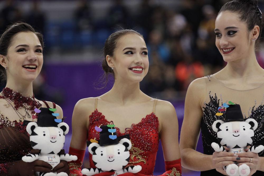 ألينا زاغيتوفابعد فوزها بالذهبية في الفقرة الفنية الحرة للتزحلق على الجليد في إطار الألعاب الأولمبية الشتوية الـ23 في بيونغتشانغ، والروسية يفغينيا ميدفيديفا الحائزة الفضية، والكندية كيتلين أوسموند الحائزة على البرونزية، كوريا الجنوبية  23 فبراير 2018