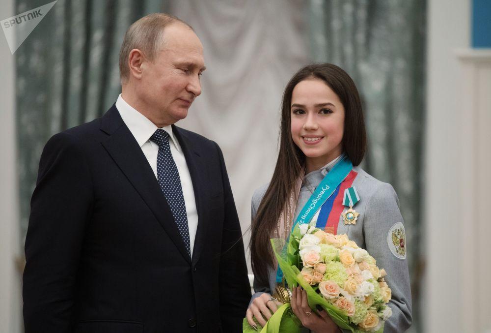 الرئيس فلاديمير بوتين يمنح ألينا زاغيتوفا وسام الصداقة، بعد فوزها بالذهبية في الفقرة الفنية الحرة للتزحلق على الجليد في إطار الألعاب الأولمبية الشتوية الـ23 في بيونغتشانغ، كوريا الجنوبية 23 فبراير 2018