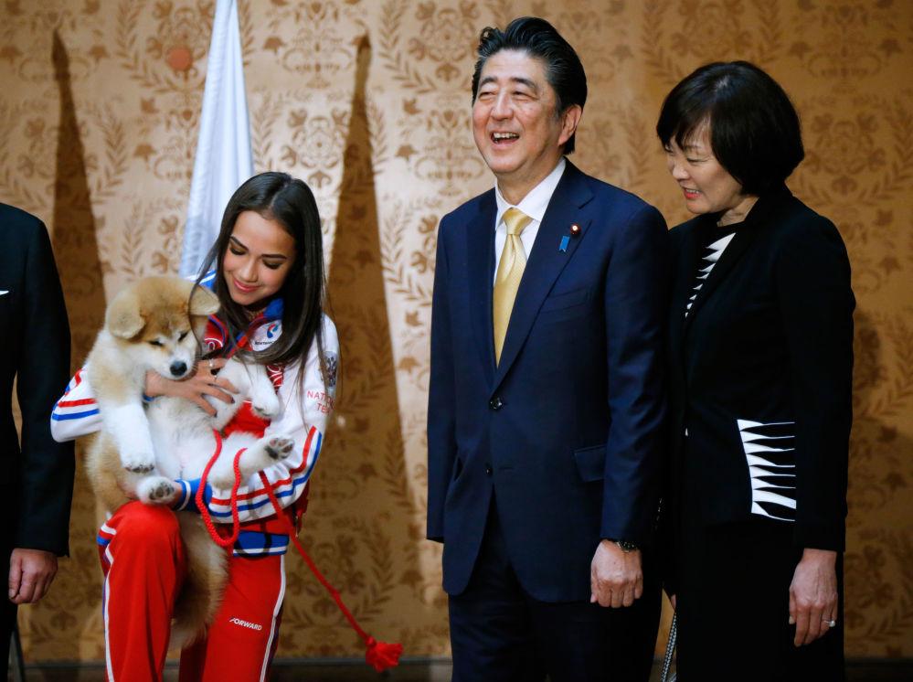 رئيس الوزراء الياباني شينزو آبي وزوجته آكي آبي يمنحان ألينا زاغيتوفا جروا صغيرا من فصيلة أكيتا إنو، في إطار زيارتهما الرسمية إلى روسيا، موسكو 26 مايو 2018