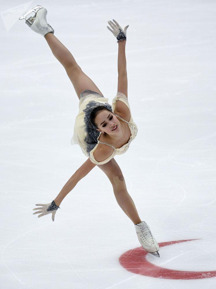 ألينا زاغيتوفا خلال فقرة فنية حرة للتزحلق الفردي على الجليد بين النساء، في إطار بطولة الجائزة الكبرى للتزحلق على الجليد في موسكو، 16 نوفمبر 2018