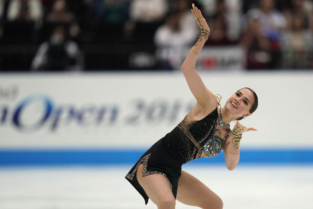 ألينا زاغيتوفا خلال أدائها في إطار بطولة اليابان للتزحلق على الجليد في سايتاما، اليابان 5 أكتوبر 2015