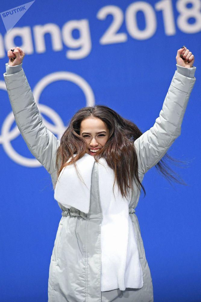 ألينا زاغيتوفا تعبر عن فوزها بالذهبية في الفقرة الفنية الحرة للتزحلق الفردي على الجليد في إطار الألعاب الأولمبية الشتوية الـ23 في بيونغتشانغ، كوريا الجنوبية 23 فبراير 2018