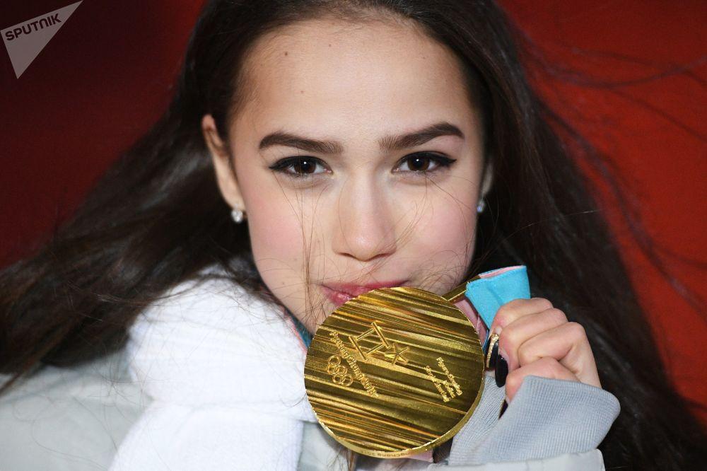 ألينا زاغيتوفا بعد فوزها بالذهبية في الفقرة الفنية الحرة للتزحلق على الجليد في إطار الألعاب الأولمبية الشتوية الـ23 في بيونغتشانغ، كوريا الجنوبية  23 فبراير 2018