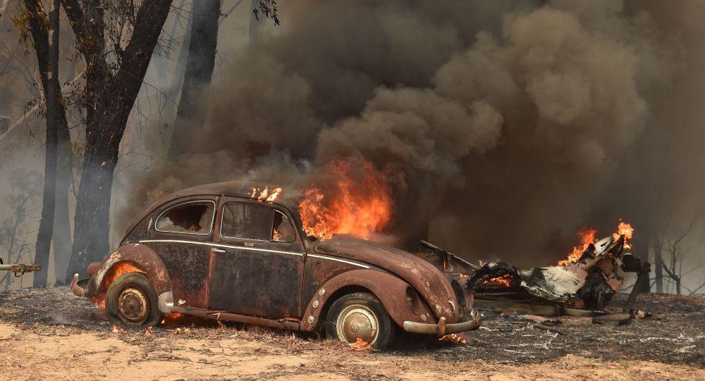 اشتعال سيارة إثر حريق هائل في سيدني، أستراليا 19 ديسمبر 2019