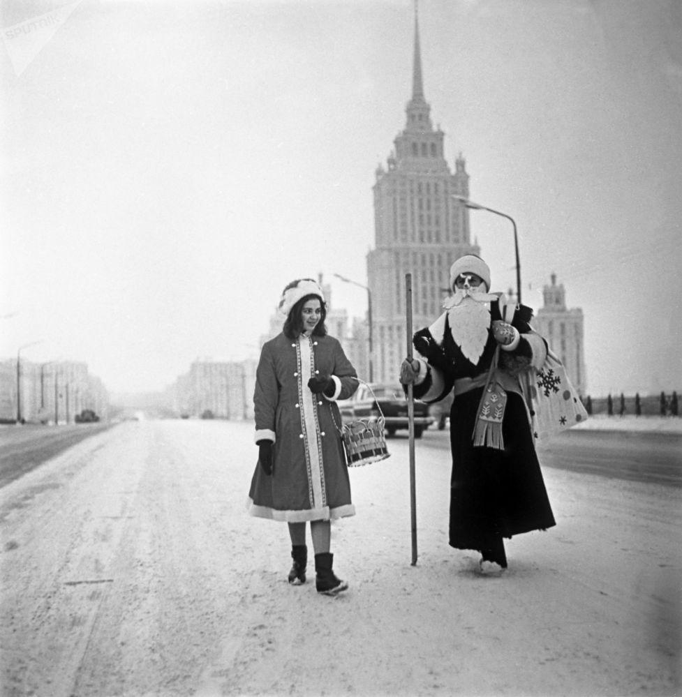 بابا نويل وحفيدته سنيغوروتشكا على الساحة الحمراء في موسكو، عام 1966