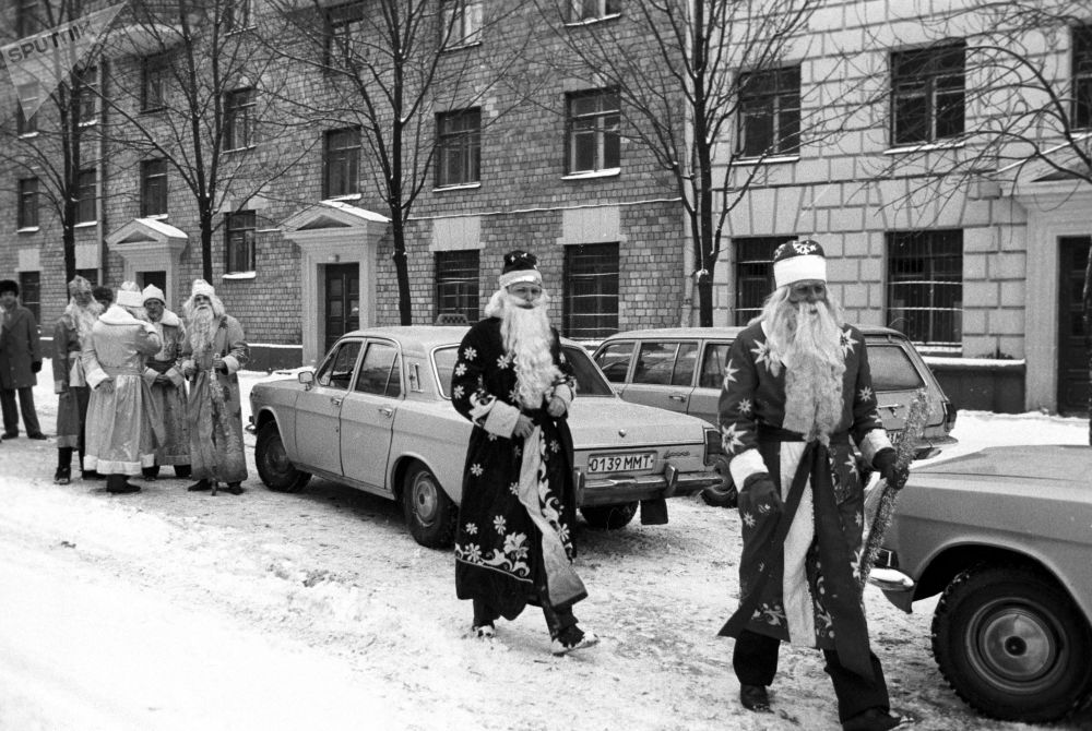 بابا نويل عشية رأس السنة الجديدة في شوارع موسكو، عام 1985
