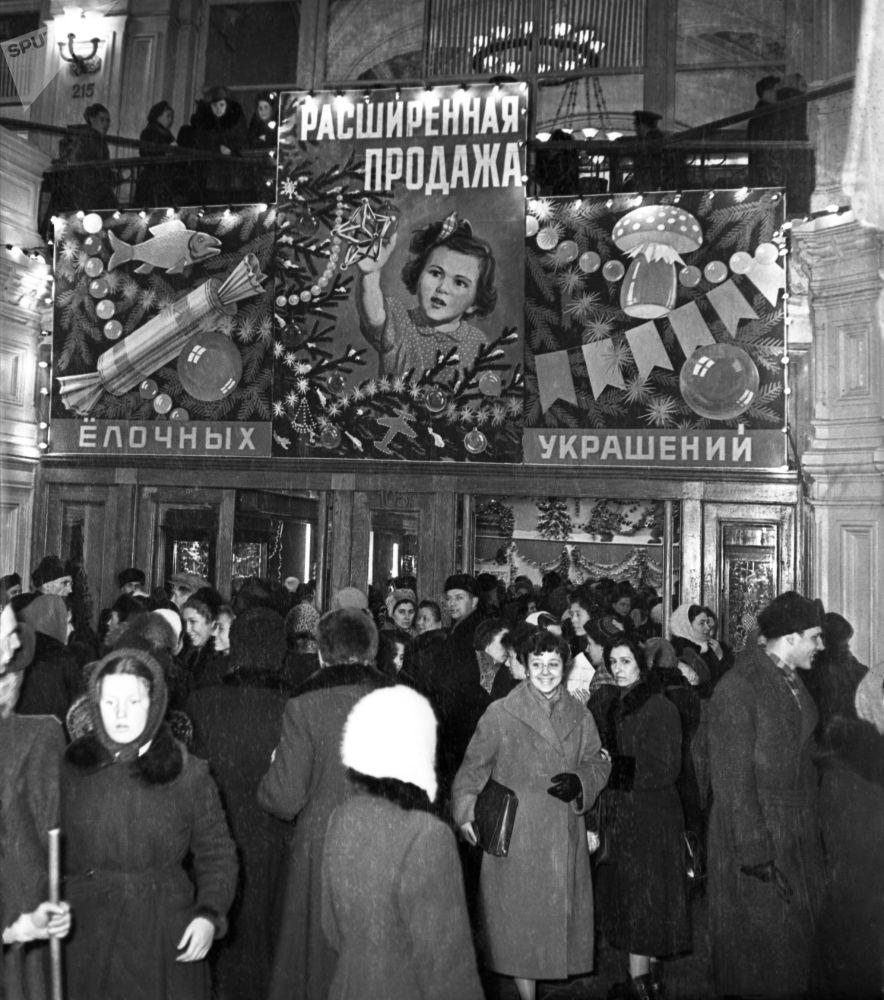 بيع زينة شجرة عيد الميلاد في متجر غوم على الساحة الحمراء بموسكو، عام 1956