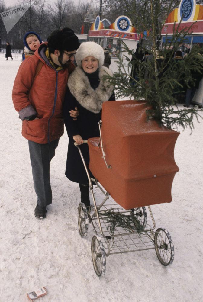 عائلة تعود إلى المنزل بعد شراء شجرة الميلاد من السوق، عام 1987
