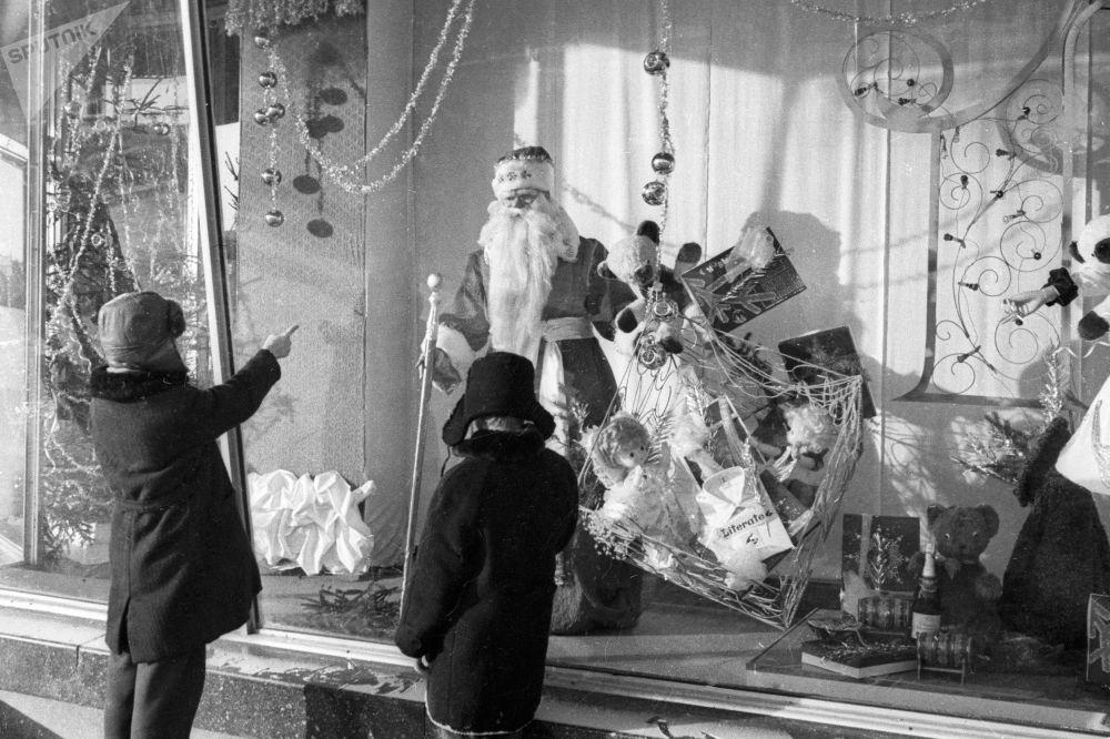 أطفال يقفون أمام واجهة المتجر عشية رأس السنة الجديدة، عام 1971