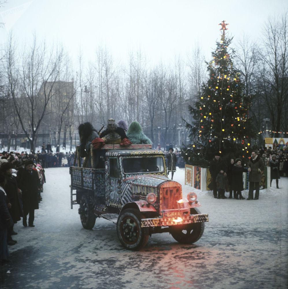 احتفالات في شوارع مدينة موسكو قبل حلول رأس السنة، عام 1987