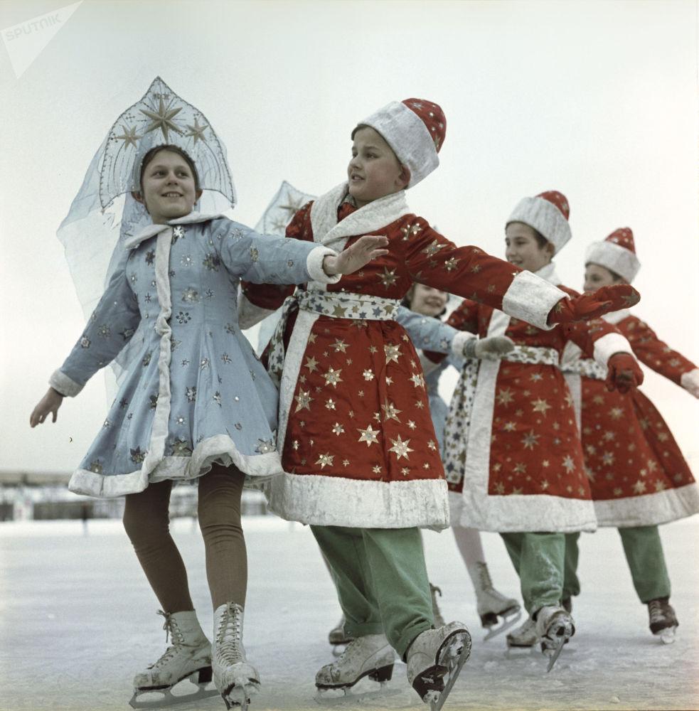 تلاميذ مدرسة لتعلم التزلج على الجليد في حلبة التزلج لوجنيكي خلال عطلة رأس السنة الجديدة في موسكو، عام 1966