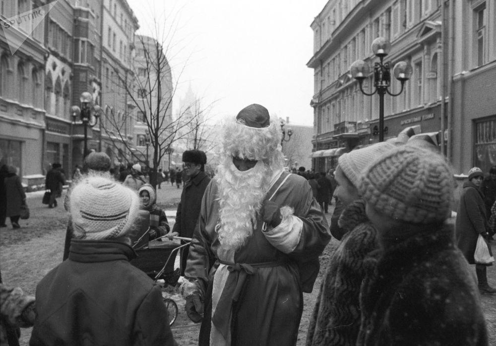 بابا نويل يتحدث مع الأطفال في أحد شوارع موسكو عشية رأس السنة، عام 1986