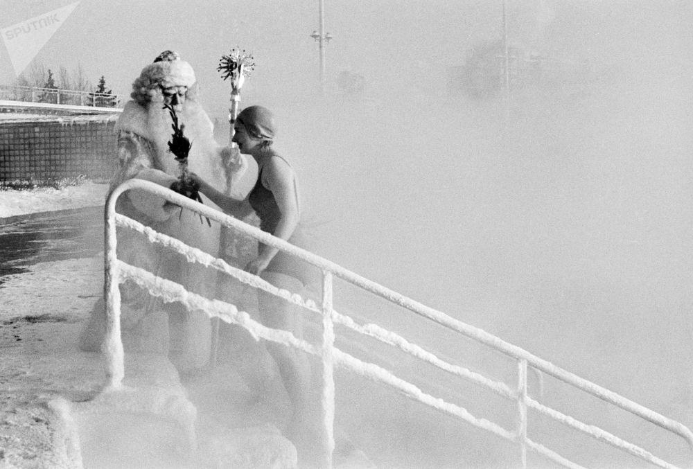 بابا نويل يهنئ فتاة برأس السنة في بركة للسباحة موسكو، عام 1969