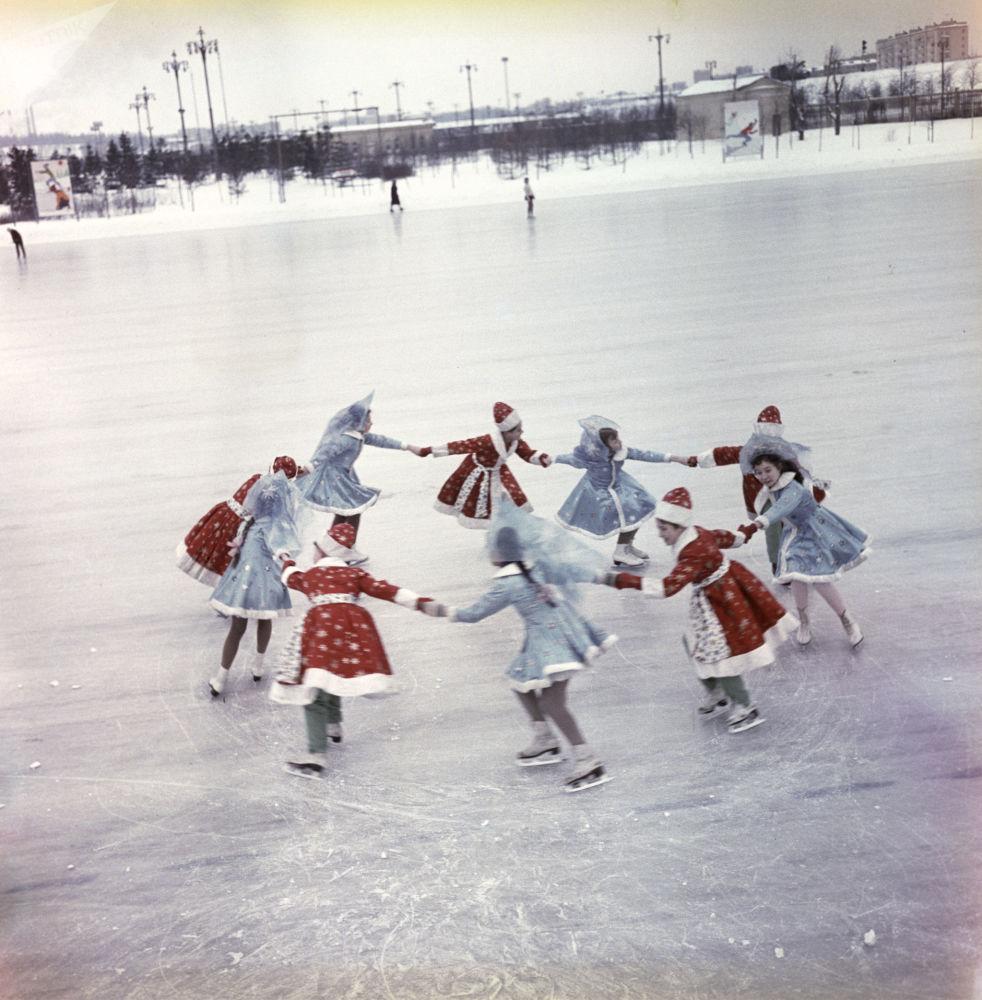 تلاميذ مدرسة يتزحلقون على الجليد في لوجنيكي في موسكو، عام 1966