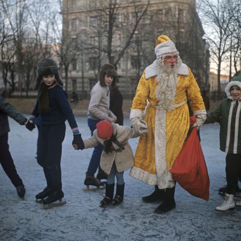 بابا نويل يلعب مع الأطفال في حي تشيستيه برودي في موسكو، عام 1973