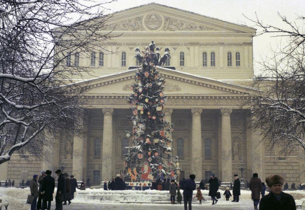 زينة أعياد الميلاد ورأس السنة عند مسرح بولشوي (المسرح الكبير) في موسكو، عام 1977