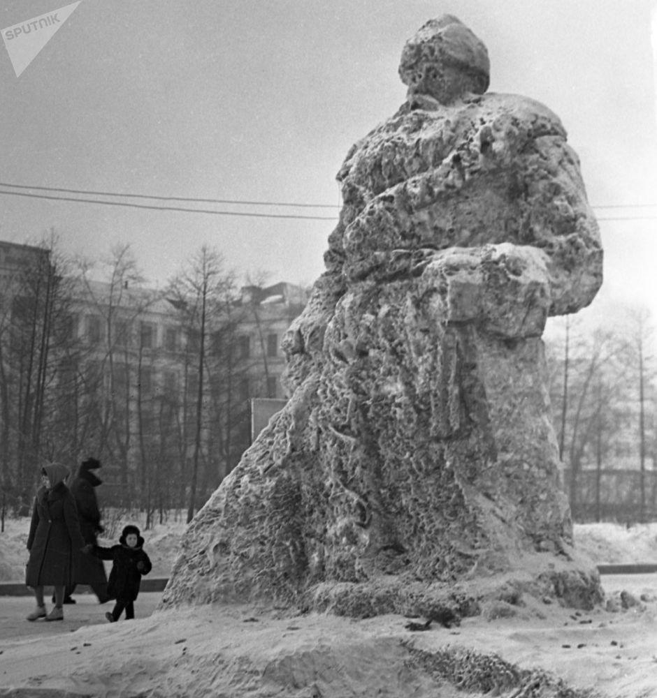 منحوتة بابا نويل من الجليد وسط إحدى ساحات مدينة ياكوتسك الروسية، عام 1965