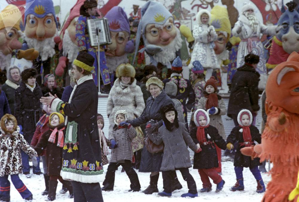 مهرجان احتفالي روسكايا زيما (الشتاء الروسي) بمناسبة رأس السنة في حديقة ليوبلينسك، عام 1983