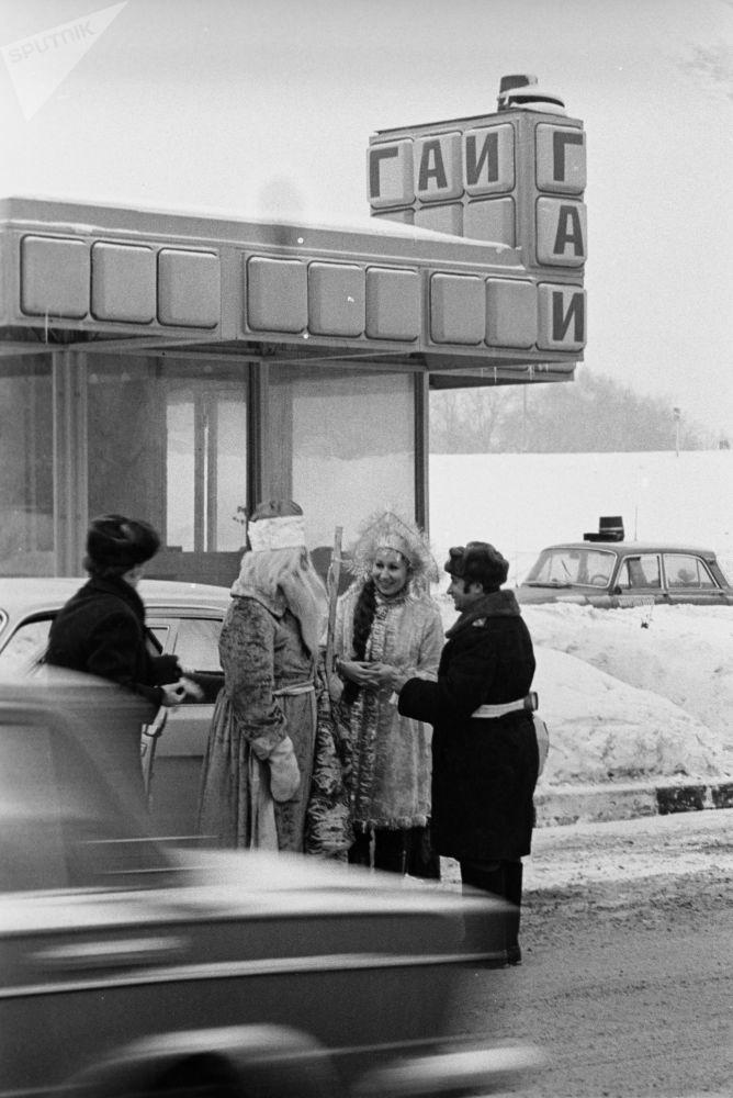 ؤمهرجان احتفالي روسكايا زيما (الشتاء الروسي) بمناسبة رأس السنة في حديقة ليوبلينسك، عام 1983