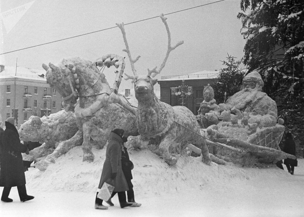منحوتة من الثلج في أحد ساحات مدينة بيرم الروسية، عام 1964