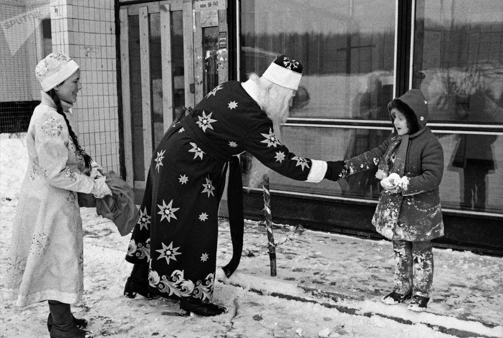بابا نويل و سنيغوروتشكا يهنئان طفلا لة برأس السنة في أحد شوارع موسكو، عام 1985