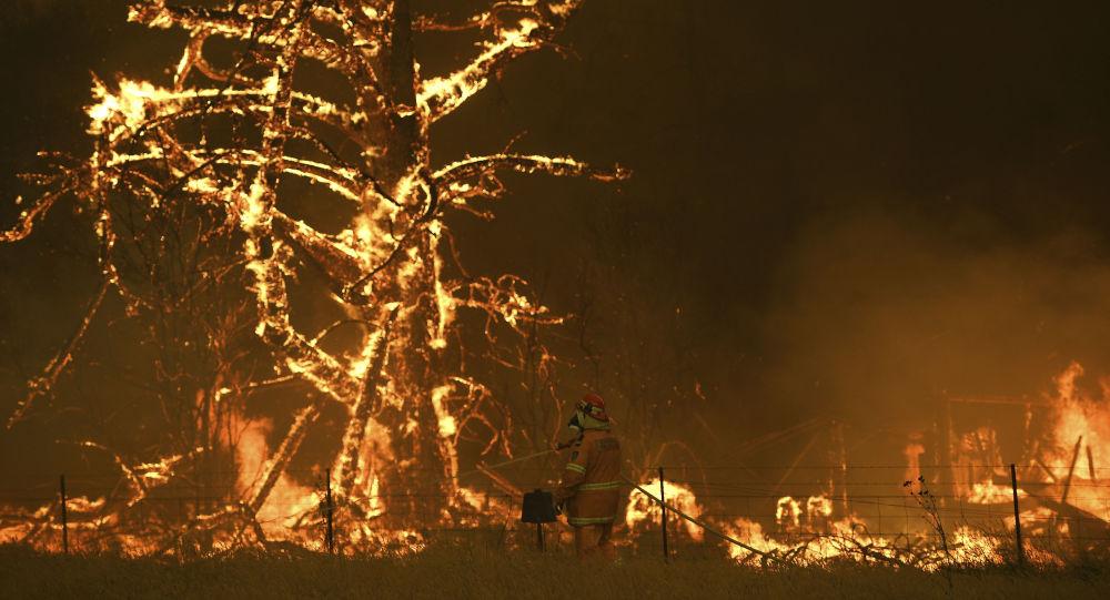 رجال الاطفاء الأستراليين خلال اطفاء الحرائق الهائلة في غابات منطقة بيلبين، أستراليا 21 ديسمبر 2019