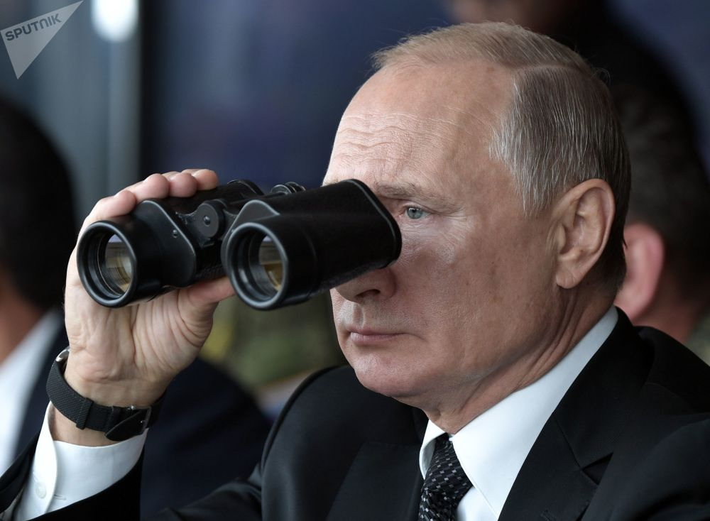 الرئيس فلاديمير بوتين أثناء مشاهدته المرحلة الأساسية للمناورات تسينتر 2019 (المركز-2019) في الميدان العسكري دونغوز، 20 سبتمبر 2019