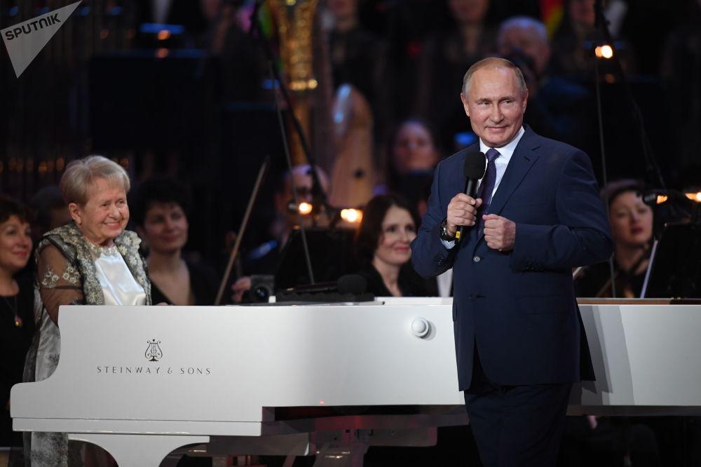 الرئيس فلاديمير بوتين خلال حفل أقيم بمناسبة عيد ميلاد الفنانة السوفيتية الشعبية، الملحنة ألكسندرا باخموتوفا على مسرح بولشوي (المسرح الكبير) في موسكو، 10 نوفمبر 2019